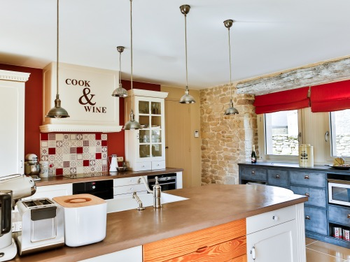 the fully equipped kitchen features a beautiful workspace